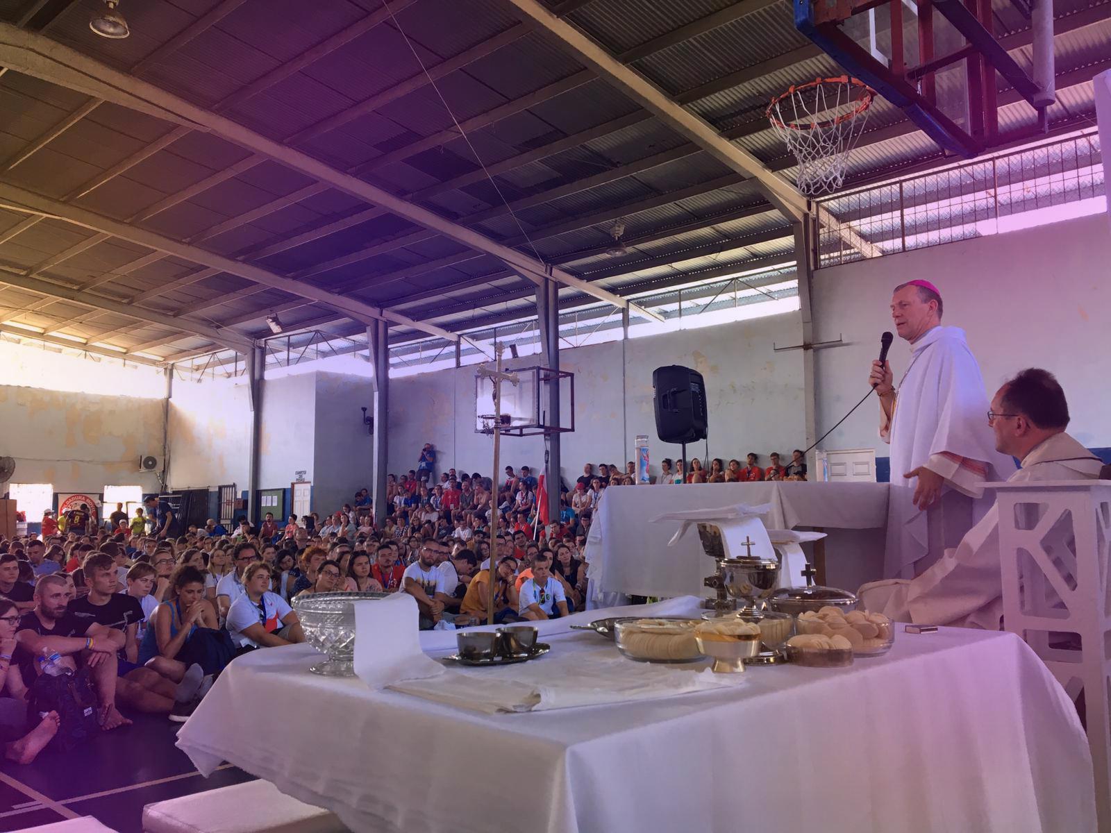 Msza święta w hali sportowej